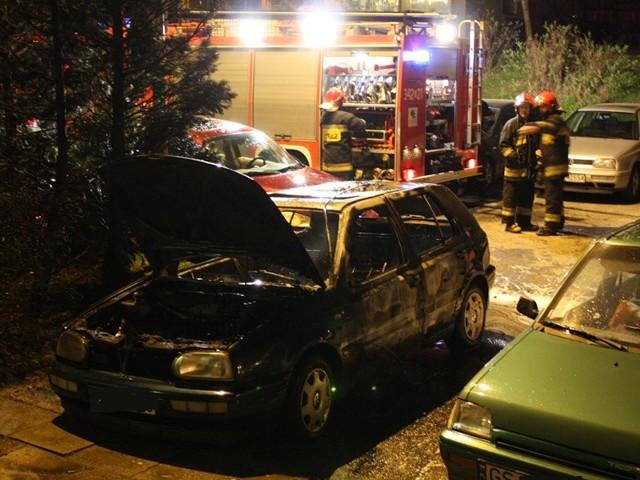 W nocy splonąl golf na ulicy Romera w Slupsku. Prawdopodobnie zostal podpalony