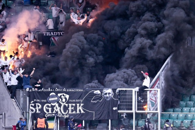 Podczas meczu Śląsk - Legia kibole odpalili race i fajerwerki