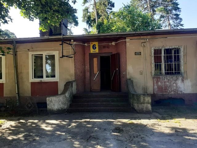 W tym budynku w Łęgnowie znajdują się mieszkania komunalne i socjalne. Tutaj mieszka kobieta z synami