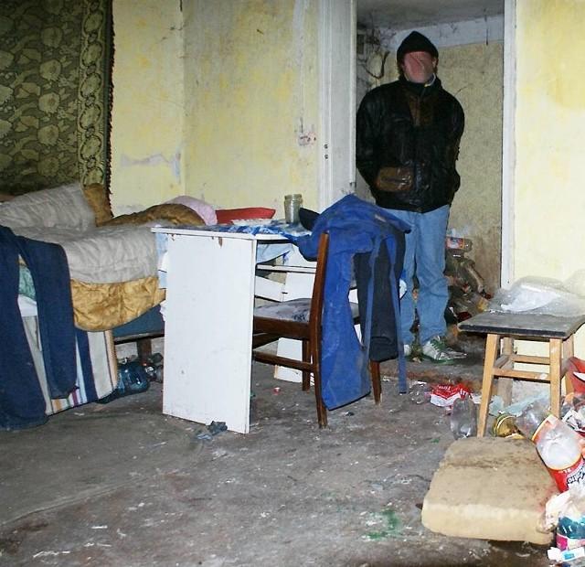 Zimą wielu bezdomnych pomieszkuje w opuszczonych budynkach. Te jednak nie dają ochrony przed mrozami