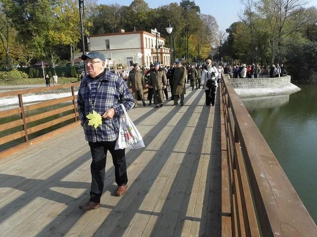 Wystarczyło półtora miesiąca, by żołnierze wybudowali nowy most na stawku w Solankach. Zrobili to w ramach ćwiczeń. Miasto wydało pieniądze tylko na materiał.