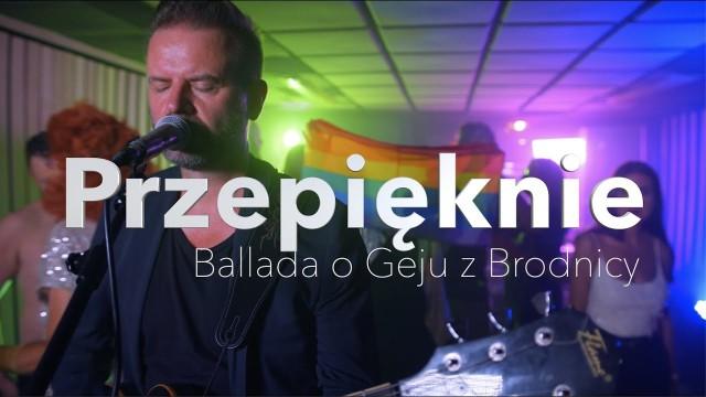 """Zespół Przepięknie miał wystąpić w Białymstoku. Z powodu anonimowych pogróżek koncert odwołano (widoczny kadr z teledysku """"Ballada o Geju z Brodnicy"""")."""