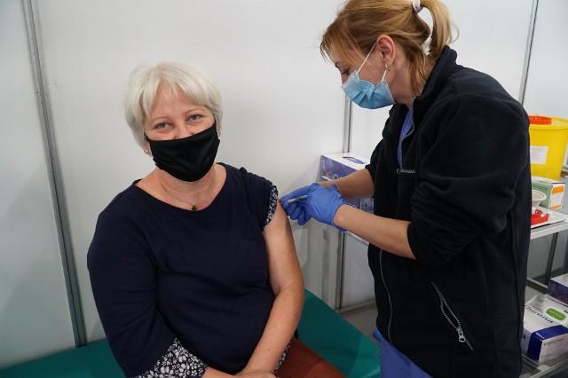 W punkcie szczepień na terenie MTP w Poznaniu szczepionkę otrzyma w piątek około 70 nauczycieli.