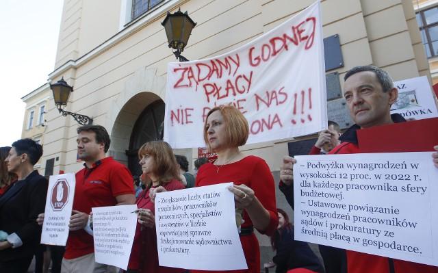 Protest pracowników sądów przed Sądem Okręgowym w Rzeszowie.