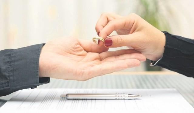 """Rozwód trudny i kosztowny. Wiele na to wskazuje. Resort sprawiedliwości przymierza się do reformy kodeksu rodzinnego, a wszystko przez rosnącą liczbę rozwodów w Polsce. Z czym to się wiąże? Trudniej będzie wziąć rozwód, skłóconych małżonków ma próbować pogodzić mediator. Również koszty związane z rozwodem mają wzrosnąć - informuje """"Fakt"""". Poznaliśmy stawki alimentów natychmiastowych."""