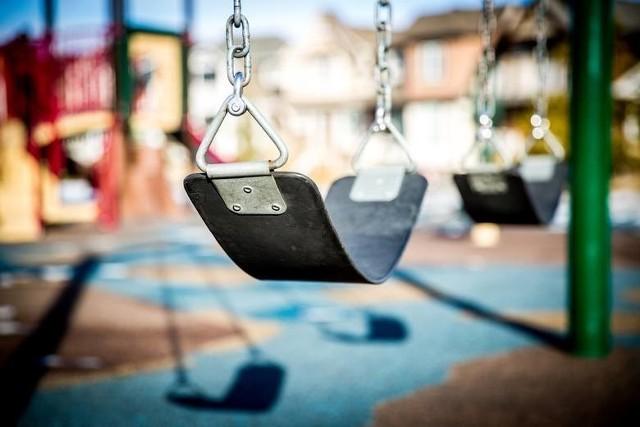 70-latek zaczepił dziewczynkę na placu zabaw.