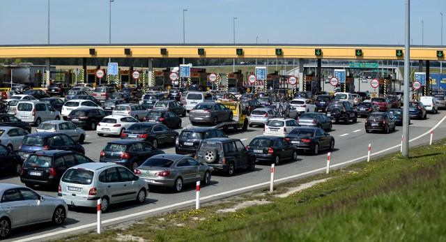Na Białorusi na płatnych autostradach obowiązuje elektroniczny system poboru opat, także dla samochodów osobowych. Musimy obowiązkowo wykupić urządzenie BelToll, podobne do naszego Via Auto.