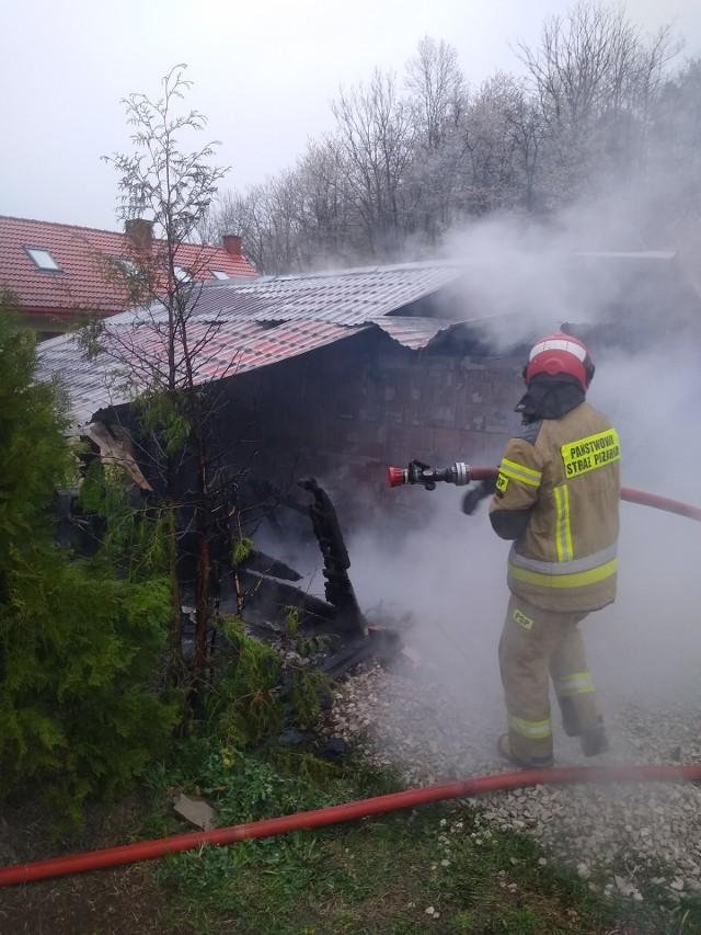 Trzy zastępy strażaków z PSP Przemyśl i OSP Krasiczyn wyjechały w sobotę do pożaru w Prałkowcach. Ogień pojawił się w garażu na jednej z posesji. Nikt nie został poszkodowany.