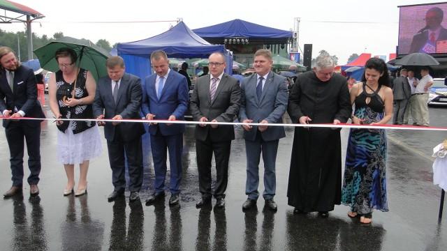 Wstęgę przecięli przewdstawiele inwestora: władze Mazowsza i Przytyka, wykonawcy - firma Zbig Bet, parlamentarzyści, radni mazowieccy, starosta i ksiądz proboszcz Przytyka.