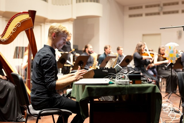 Jedną z gwiazd będzie Trans-for-Matha Ensemble – poznańska orkiestra specjalizująca się w wykonawstwie muzyki najnowszej, założona w 2018 roku przez Michała Janochę i Dominika Puka.