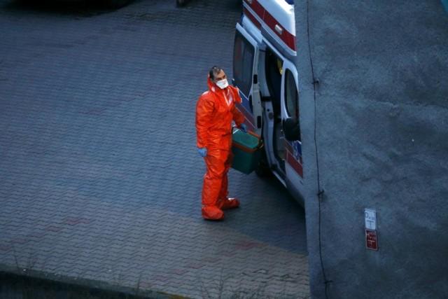 Mężczyzna, który źle się poczuł zgłosił się wraz z żoną do Szpitalnego Oddziału Ratunkowego w Chrzanowie, gdyż rozpoznał u siebie objawy koronawirusa. Lekarz postanowił zatrzymać pacjenta na 14-dniową kwarantannę ale mężczyzna nie zamierzał zostać i samowolnie opuścił szpital. Natychmiast rozpoczęły się poszukiwania pacjenta - podał onet.pl.WIĘCEJ CZYTAJ NA KOLEJNYM SLAJDZIE