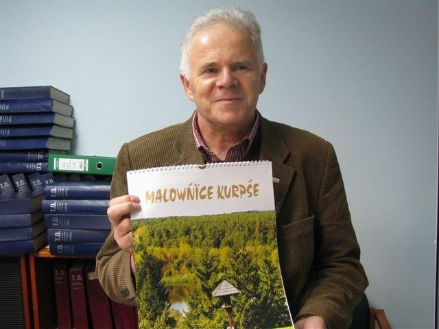 Mirosław Grzyb, prezes Związku Kurpiów prezentuje kalendarz