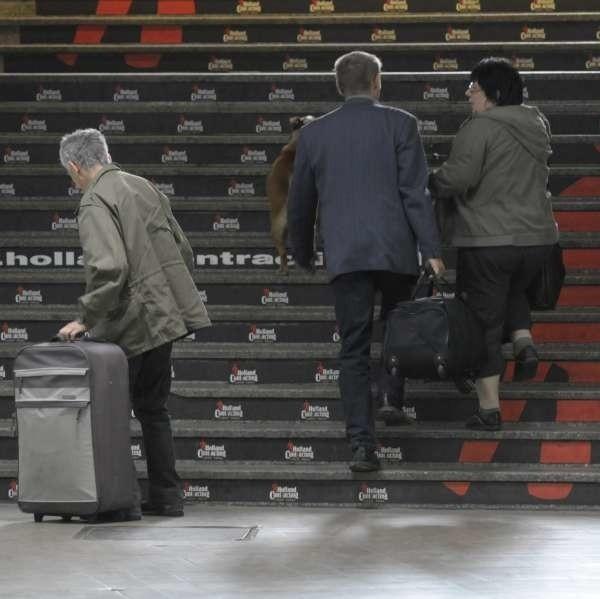 Wniesienie ciężkiej walizki na peron wymaga sporej krzepy.