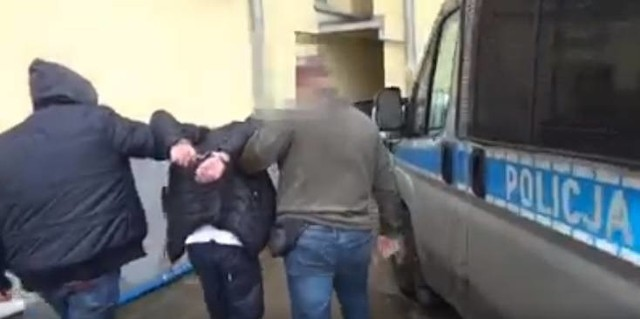 Dwaj mężczyźni, którzy brutalnie pobili jednego z mieszkańców kamienicy na Jeżycach w Poznaniu, zostali skazani na karę więzienia.