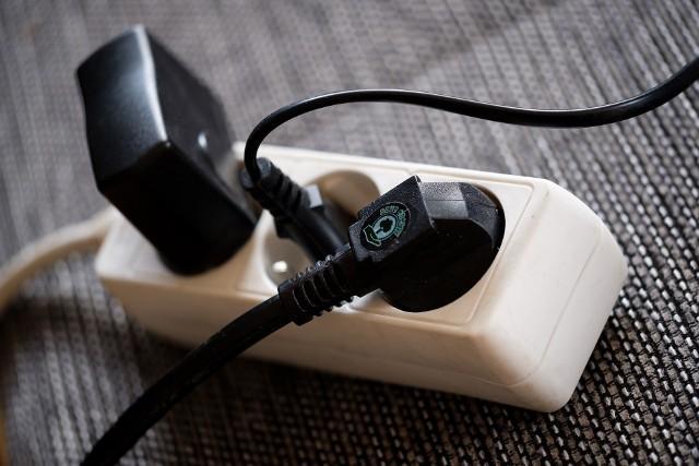 Rachunki za energię elektryczną mogą być wyższe nawet o 20 procent. Ile energii elektrycznej zużywa lodówka, telewizor, kuchenka elektryczna, pralka, laptop czy ładowarka? Które urządzenia zużywają najwięcej energii w domu? Warto to wiedzieć, by kontrolować wydatki, zwłaszcza że rachunki za prąd co roku wzrastają.Eksperci PGNiG sprawdzili, ile prądu zużywają poszczególne sprzęty domowe. Są to wyniki uśrednione, bo jedne gospodarstwa domowe mogą częściej używać danego urządzenia, inne – rzadziej.Zobacz, które urządzenia pobierają najwięcej prądu w galerii >>>>>