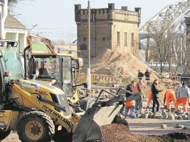 Dworzec Toruń Miasto straszy obdrapanymi ścianami już od lat. PKP planuje jego modernizację, ale nie podjęło jeszcze decyzji dotyczących zakresu i charakteru inwestycji. Na razie trwa układanie nowej nawierzchni placu 18 stycznia.