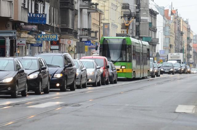 Samochody skręcające w lewo w kościelną blokują przejazd tramwajom. To codzienny widok na ulicy Dąbrowskiego. Dlatego MPK chce, by pas do skrętu w lewo został zlikwidowany