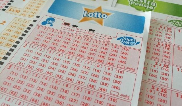 """Wyniki Lotto 25.09.2018. Rozlosowano wyniki Lotto 25.09.2018 roku. Zobacz, czy w Lotto (Dużym Lotku) trafiłeś """"szóstkę"""" i wygrałeś miliony złotych. W naszej relacji oprócz wyników Lotto (duży lotek) z 25.09.2018 poznasz także wyniki Lotto: Lotto, Lotto Plus, Ekstra Pensja, Multi Multi, Mini Lotto, Kaskada, Super szansa. Poznaj wyniki Lotto od razu po losowaniu."""