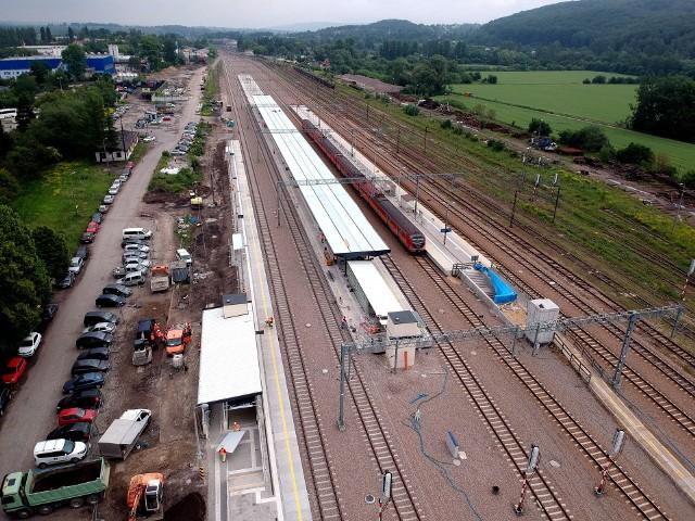 Nowe perony w Krzeszowicach nr 1 i nr 2 już są gotowe. Wykonawcy przystępują do modernizacji peronu nr 3. Wszystkie prace na stacji zakończą za kilka tygodni