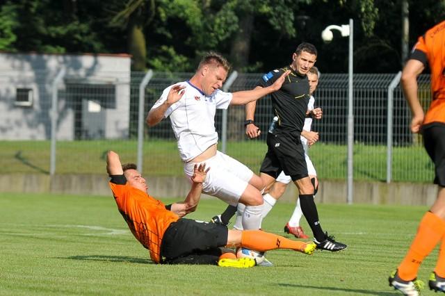 Litwin Donatas Nakrosius (biały strój) dobrze wprowadził się do kluczborskiej drużyny i jest jej mocnym punktem.