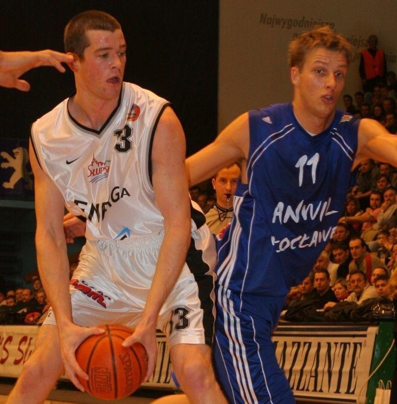 Michał Ignerski (w niebieskiej koszulce) grał już w hali Gryfia, chociażby w meczu Energa Czarni Słupsk z Anwilem Włocławek. Z piłką Alex Dunn - były gracz Energi Czarnych.