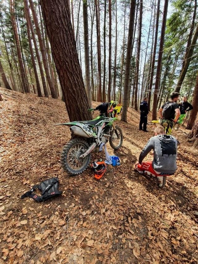 Motocykliści, którzy dewastowali motocyklami las w rejonie Straszydla dostali niskie mandaty.