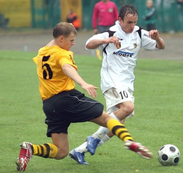 Dariusz Stachowiak (z prawej) odszedł z pierwszoligowego zespołu piłkarzy Stali Stalowa Wola.