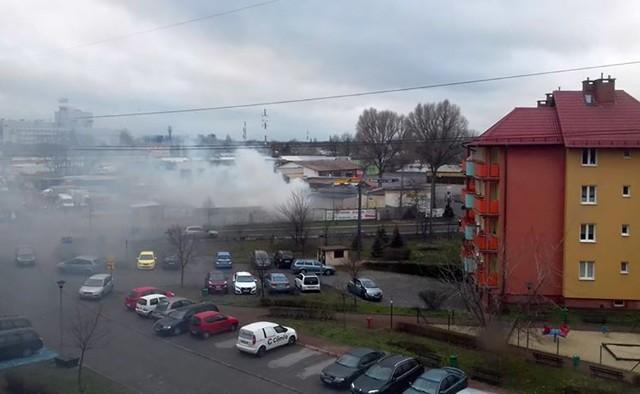 Do pożaru doszło w sobotę, 4 grudnia, na w pobliżu zielonogórskiej giełdy, od strony ul. Elektronowej. Zapali się magazyn ze sprzętem AGD.  Ludzie zauważyli dym wydobywający się z magazynu ze sprzętem AGD. Na miejsce natychmiast zostały wysłane cztery wozy straży pożarnej. – Sytuacja została szybko opanowana – mówi dyżurny zielonogórskich strażaków.
