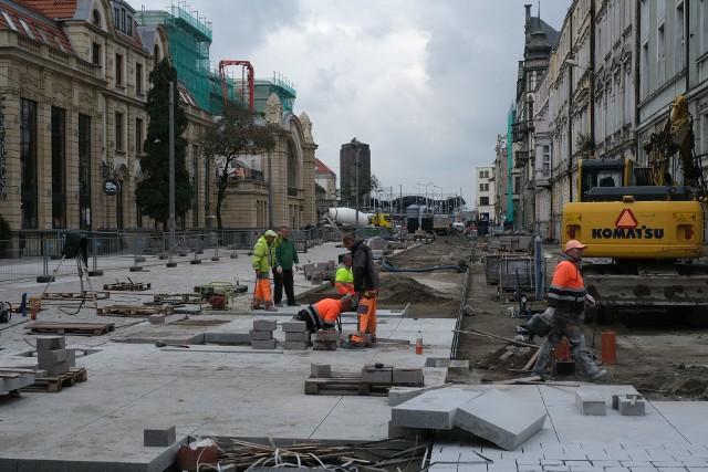 Przebudowa Dworcowej w Katowicach. Ulica zmienia się w deptak.Zobacz kolejne zdjęcia. Przesuwaj zdjęcia w prawo - naciśnij strzałkę lub przycisk NASTĘPNE