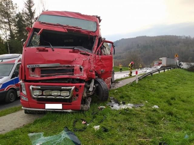 W czwartek nad ranem, na drodze krajowej w Domaradzu, doszło do zderzenia dwóch ciężarówek.