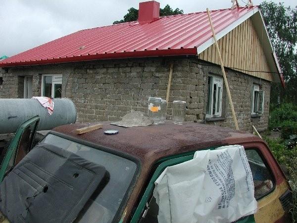Mąż pani Grażyny obserwuje z baraku, jak  pięknieje w oczach dom, w którym nie spał już  od 9 lat.