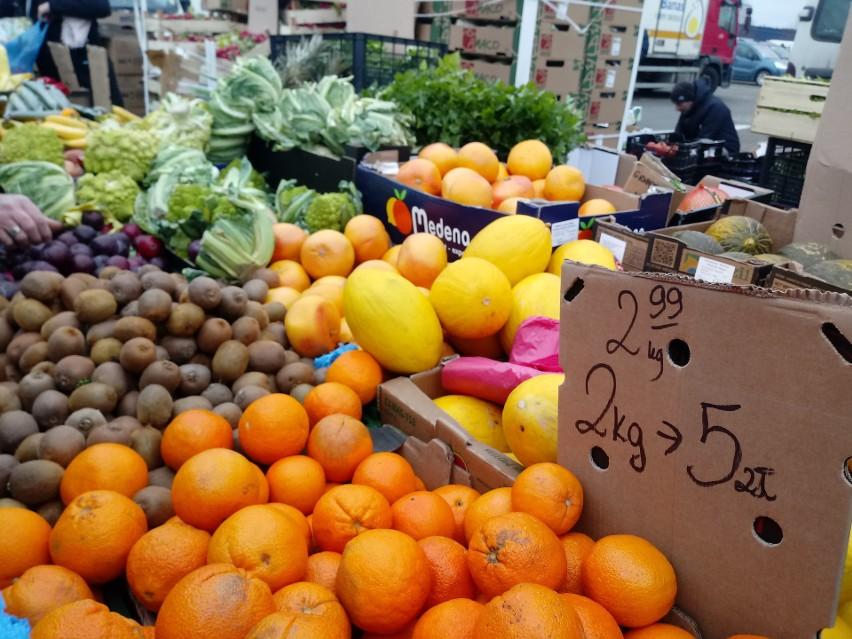 Ceny na giełdzie rolno-towarowej przy ul. Andersa w Białymstoku. Jest taniej niż w dyskontach i hipermarketach? Sprawdź!