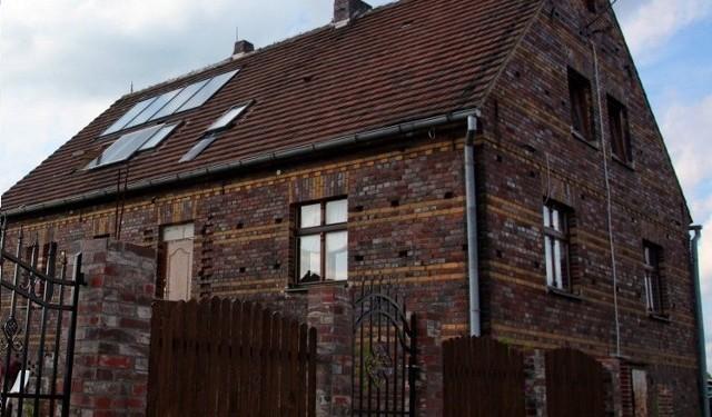 Stary dom z elewacją z cegły klinkierowejStary dom może mieć swój urok, ale też wymaga wielu zabiegów. Elewacja z cegieł klinkierowych jest bardzo trwała. Najbardziej newralgicznym punktem są fugi.