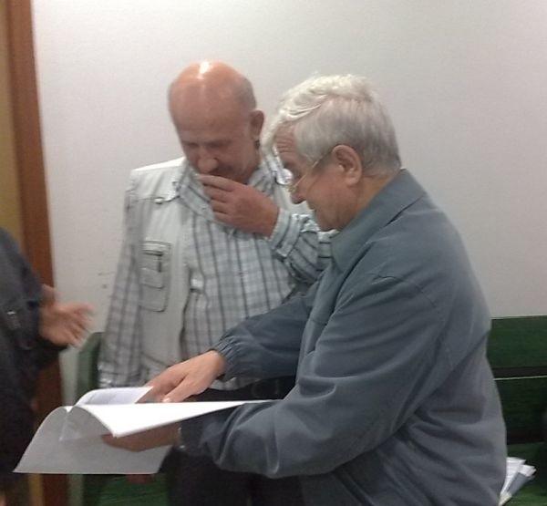 Tu jest wszystko napisane – przekonuje Jan Paszkiewicz (z prawej) i pokazuje dokumenty. Liczy, że w końcu przekona też sąd.