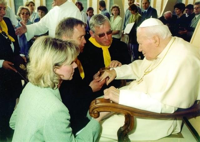 Spotkanie duchownych i wiernych z parafii Bożego Ciała z papieżem. W środku proboszcz, ks. Ryszard Pruczkowski.