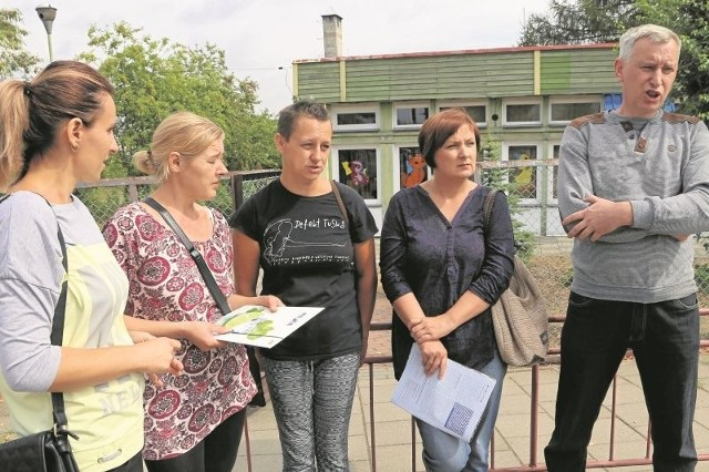 Grupa mieszkańców Michałowa protestuje przeciwko wstrzymaniu budowy nowego przedszkola i planowanym przenosinom placówek edukacyjnych do innych siedzib