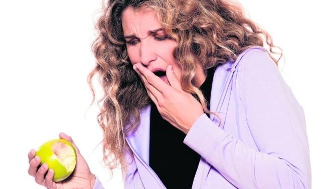 Niedokładnie myjąc zęby, pozostawiamy na nich płytkę bakteryjną, która z czasem zamienia się w kamień nazębny, czego konsekwencją może być długo utrzymująca się nadwrażliwość.