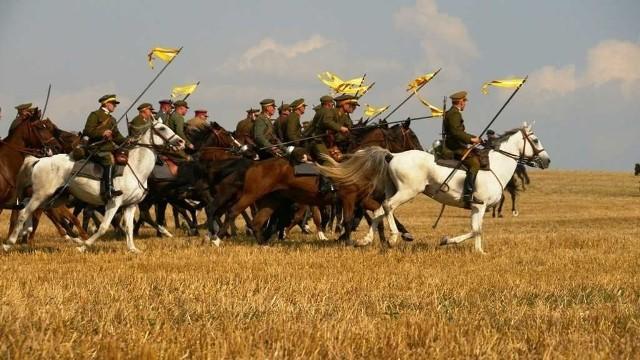 Bitwa pod KomarowemW sobotę odbędzie się uroczysta msza święta a później wspólne śpiewanie pieśni legionowych wraz z orkiestrą z Zamościa. W niedzielę miłośnicy historii po raz kolejny będa mogli zobaczyć inscenizację bitwy pod Komarowem z 1920 roku a także dowiedzieć się jak wygląda złożenie meldunku.Sobota-niedziela, Komarów-Osada, godz. 17.30, w niedzielę 13.00, wstęp wolny