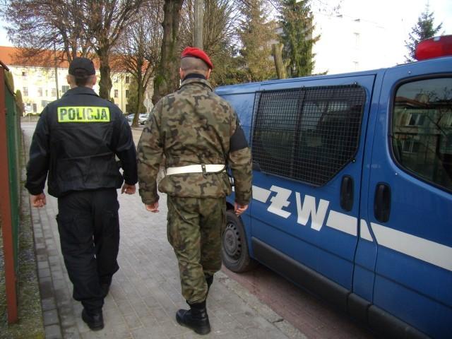 Na terenie Pisza i powiatu piskiego służbę, oprócz policjantów, pełnią także żołnierze Żandarmerii Wojskowej. Powstają mieszane patrole – policjant i żołnierz.