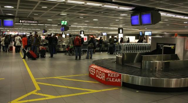 Lotnisko w IrlandiiNa emigrację najczęściej decydują się ludzie młodzi - w wieku od 19 do 30 lat.