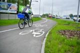 Dziury na rondzie kozienickim i Wojska Polskiego. Wymienili pierwszy asfalt, na razie na ścieżkach rowerowych, kiedy wymiana na drogach?