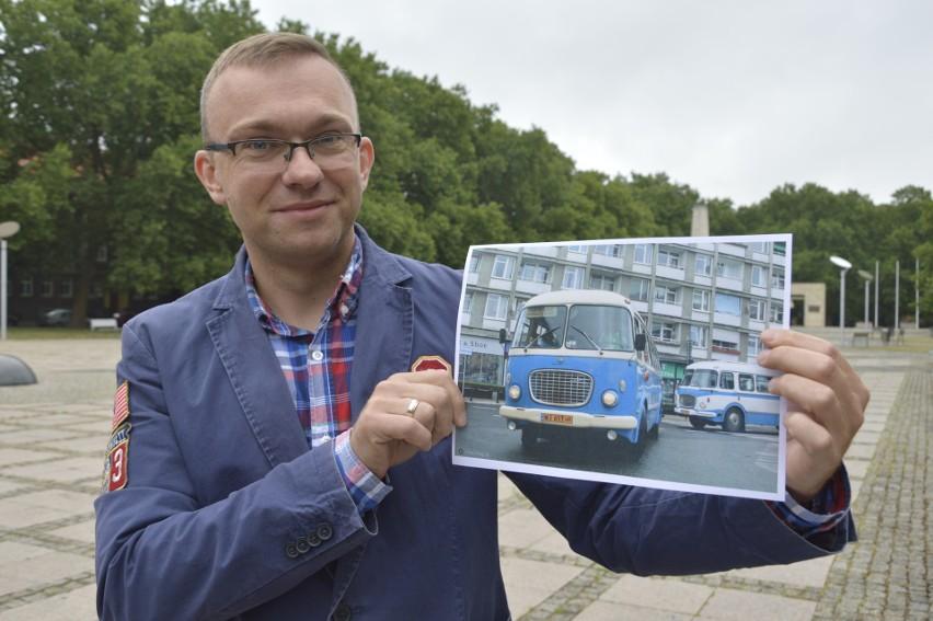 Rzecznik MZK Marcin Pejski prezentuje autobus, który już   jutro będzie za darmo woził gorzowian po całym mieście
