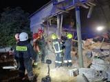Katastrofa pod Aleksandrowem Kujawskim. Zarwał się strop obory, zwierzęta zostały przysypane zbożem [zdjęcia]
