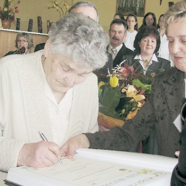 Halina Balcerzak, jako piąta osoba wczoraj wpisała się do pamiątkowej księgi Honorowych Obywateli Gminy Płużnica