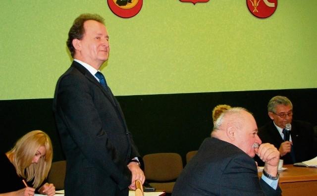 Poseł Włodzimierz Bernacki (stoi) pojawił się na sesji i wpłynął na niekorzystny dla burmistrza Jana Makowskiego (na pierwszym planie) wynik głosowania