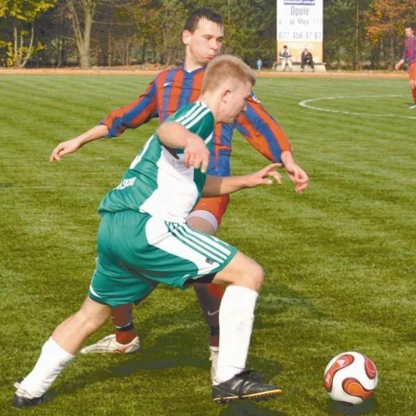 Napastnik Silesiusa Mateusz Pęchra (z przodu) walczy o piłkę z Dominikiem Frankiem.