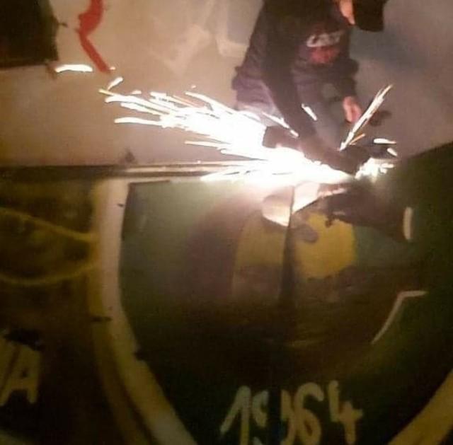 Kwiecień 2021. Kibice Ruchu Chorzów zdemontowali z dachu nieczynnego warsztatu w Dąbrówce Małej element z graffiti GKS Katowice.  Zobacz kolejne zdjęcia. Przesuwaj zdjęcia w prawo - naciśnij strzałkę lub przycisk NASTĘPNE