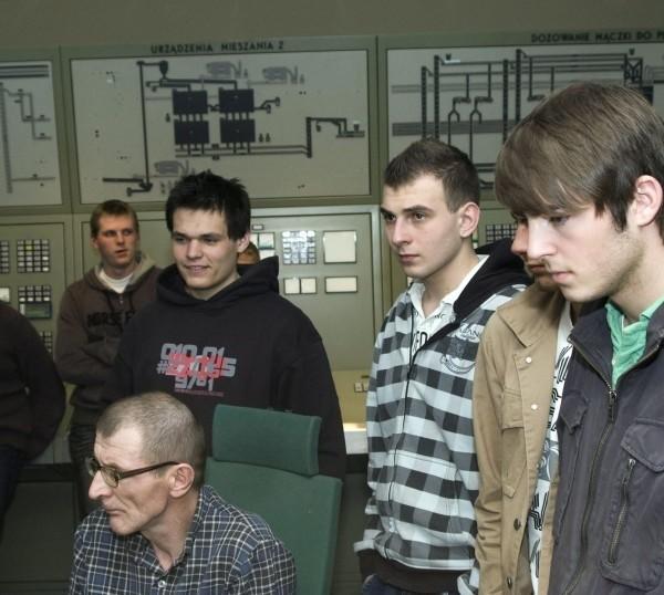 Młodzież przyglądała się pracy specjalistów.
