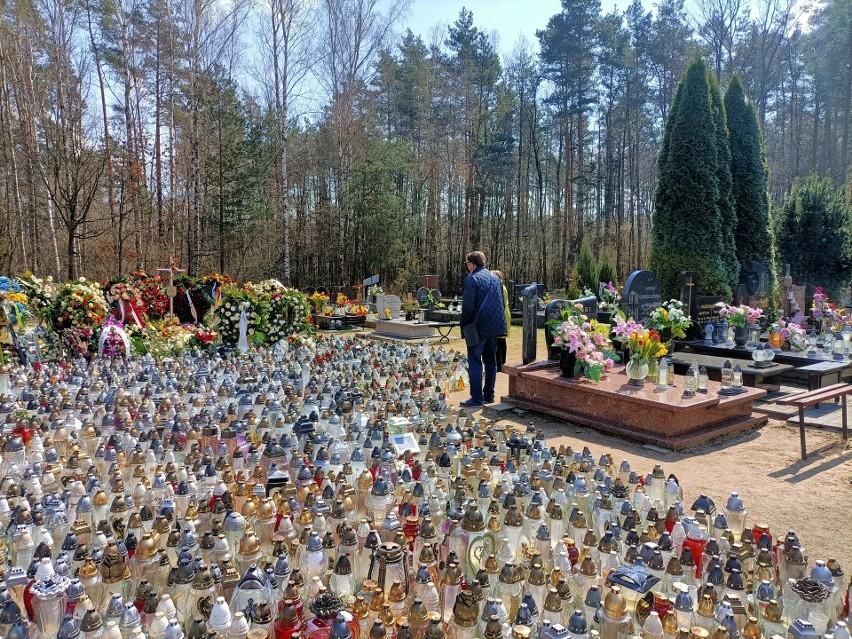 Grób Krzysztofa Krawczyka w Grotnikach wciąż tonie w...