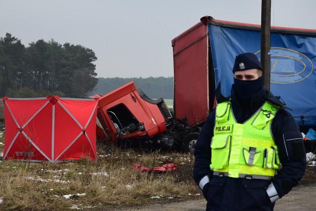 Parawan kryjący zwłoki kierowcy wraz z roztrzaskana kabiną robiły koszmarne wrażenie.